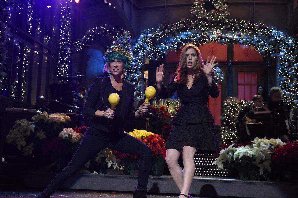 Kristen Wiig crashes Amy Adams' 'SNL' monologue